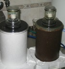 013.b Ukázka čisté cartridge - vložky filtru (levá strana) a cartridge po ročním užívání a přefiltrovávání normální pitné vody (pravá strana)